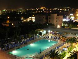 Elamaris Hotel la nuit © Craig Moulding