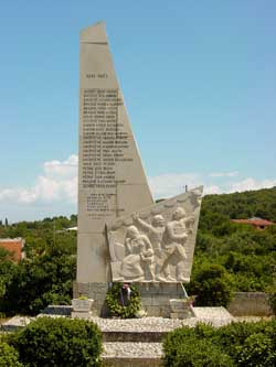Monument to World War Two Dead © Adam Jones
