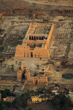 Egypte, Louxor, Medinet Habu et le temple de Ramses III sur la rive ouest (vue aerienne)