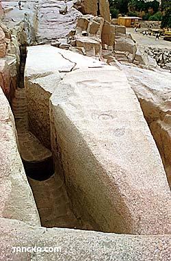 Assouan - Carrière de granit - Obélisque abandonné