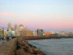 Cadix : le centre historique et la Cathédrale vus depuis la plage