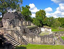 Residence royale dans la face est de la court 6, à Tikal © Dennis Jarvis