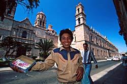 Enfant vendant des sucreries, Morelia - Mexique © Bruce Herman