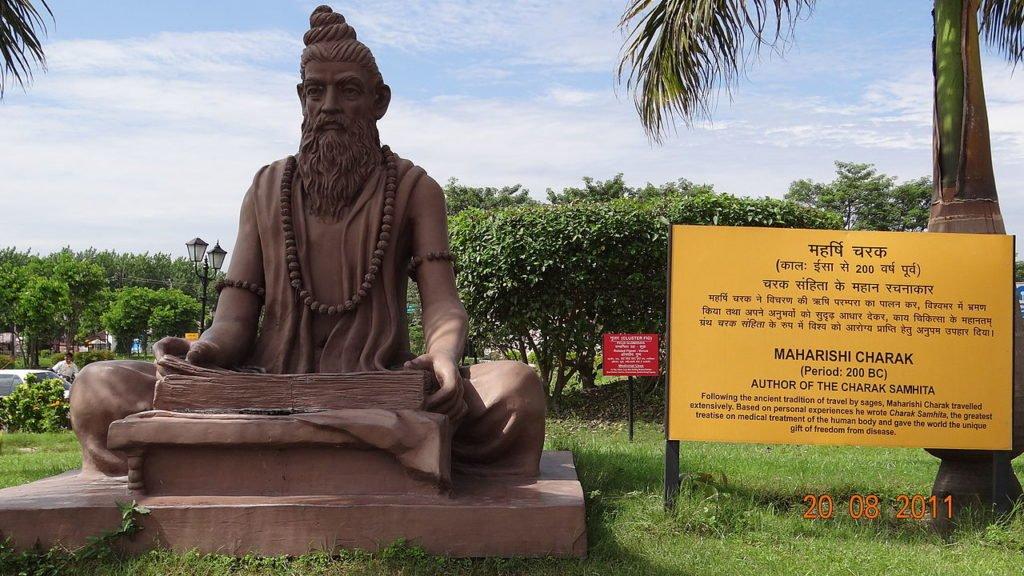 Statue de Charaka, auteur de la Charaka Samhita