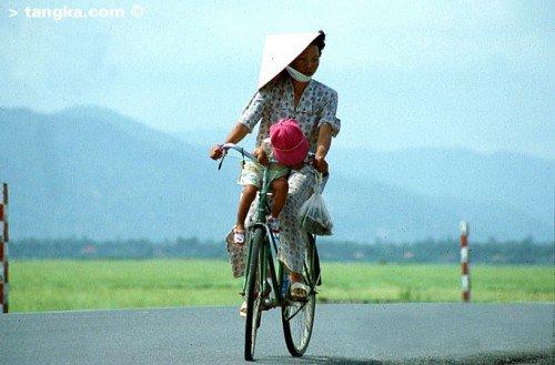 Mère en vélo avec son enfant - VietnamMère en vélo avec son enfant - Vietnam
