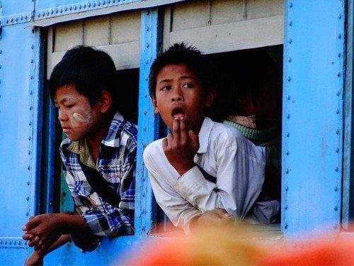 Enfants dans un train, Birmanie