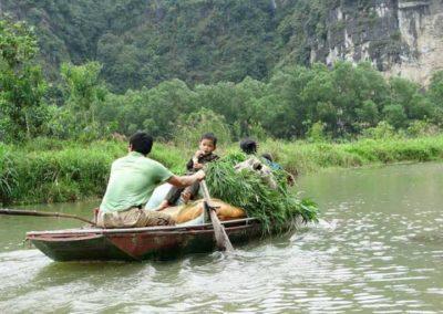 Famille en barque à Ninh Binh, Vietnam