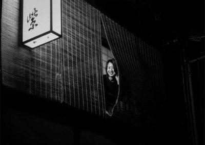 Femme à la fenêtre, Kyoto, Japon