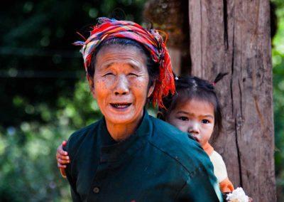 Grand-mère et sa petite fille, Nord du Laos