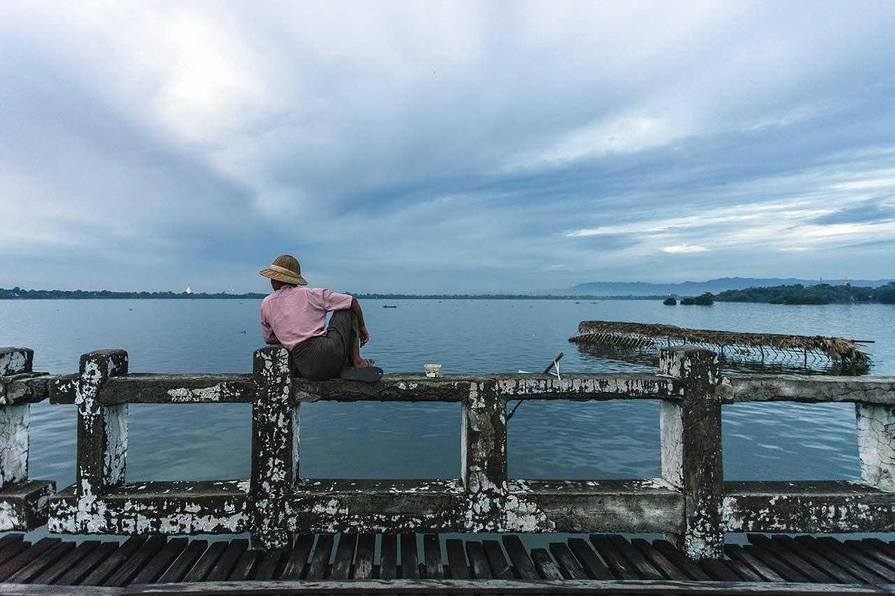 Pêcheur sur le pont de U-Bein au Myanmar