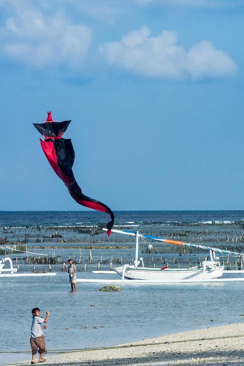 Décollage d'un cerf-volant, le jeu préféré des enfants balinais, Nusa Penida